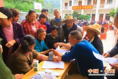 县公安局联合文化、卫生团队到佑溪村开展送温暖活动(图)