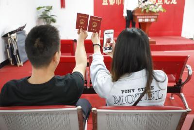 520恋人扎堆领证 婚姻登记迎高峰