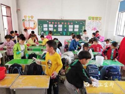 """【创卫在行动】清江小学:给课桌""""洗洗脸""""参与创卫"""