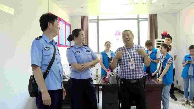 锦江社区:警格联动 服务群众