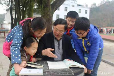 山乡教师徐安新新著《苔痕青青》出版