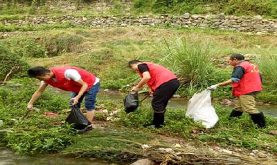 """【创卫在行动】松木坪社区:开展""""河床垃圾清理""""志愿服务活动"""