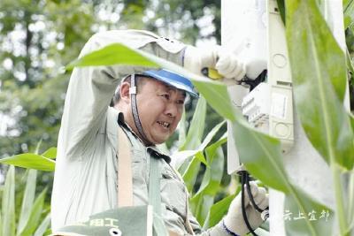 【三峡商报】供电工人:每次作业都像洗了一次澡