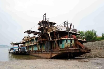 以奖代补引导采砂船主转产转业  全省首批合法采砂工程船在我市拆解