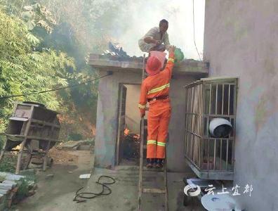 农户家中起大火 民警路长齐救援