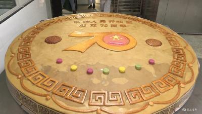 1600斤重的巨型月饼亮相宜都