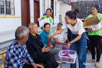 葡萄送老人 情暖重阳节