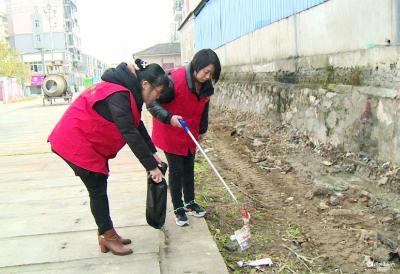 【创卫在行动】解放社区:清理垃圾 美化家园