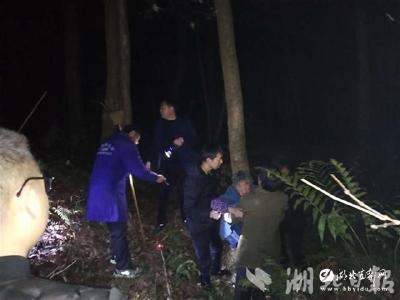 【湖北日报】八旬婆婆上山砍柴未归 警民协作寒夜紧急救援