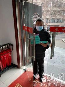 【荆楚网】宜都67岁老人无偿为社区工作人员送测温仪