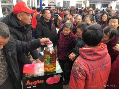周家河村:爱心企业送来暖心年货