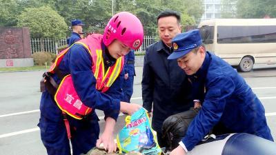 我市党政领导集中慰问驻宜军警部队及一线干部职工