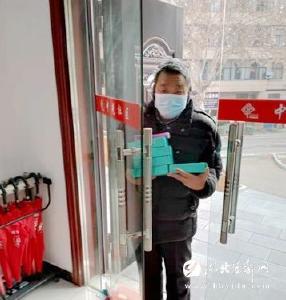高坝洲67岁老人无偿为社区工作人员送测温仪