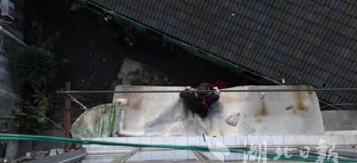 【湖北日报】七旬太婆失足坠落至4楼雨棚 宜都消防紧急救援化险为夷