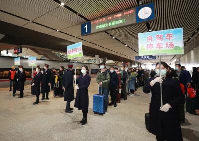应勇王晓东到武汉站接站:武汉是英雄的城市,健康的城市,充满希望的城市!欢迎大家回家
