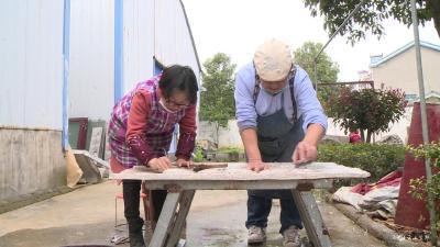 周长青创作《众志成城》雕塑 致敬抗疫英雄