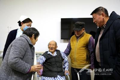 建始一百岁老人,成功置换股骨头