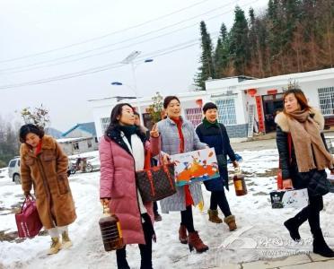 冰雪中的温暖:县妇联慰问龙坪乡贫困烧伤妇女