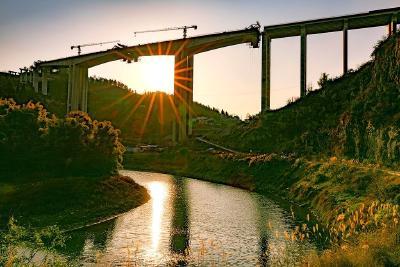 建恩高速两溪河大桥主跨合拢在即
