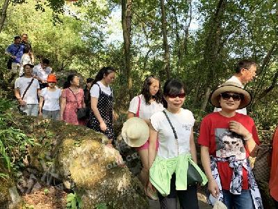 欢度中秋 400余名游客畅游巴人河景区(图)