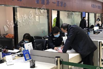 县政务服务中心:42个窗口马力全开为民服务