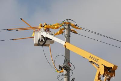 咸丰供电公司实现首次10千伏线路带电作业