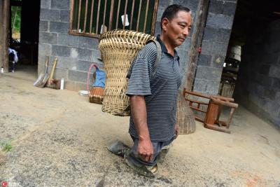 恩施六旬老人轮胎当脚照常干活 每晚用开水烫腿