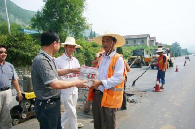 市公路养护中心走访慰问结对村