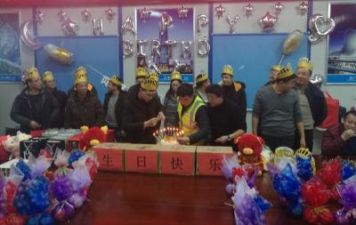 情系一家人!鄂州工地上的集体生日