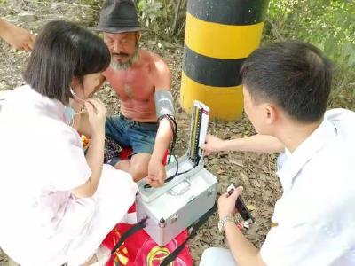 """曾徒步2万公里募捐助学的""""板车哥""""途中中暑,被红十字蓝天救援队救助"""