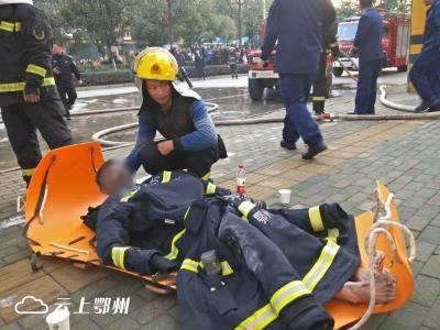 鄂州消防员冲入火场救出中风老人,之后的举动更感人