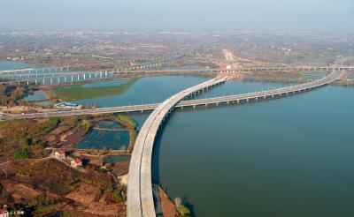 航拍加紧建设中的鄂咸高速五四湖特大桥