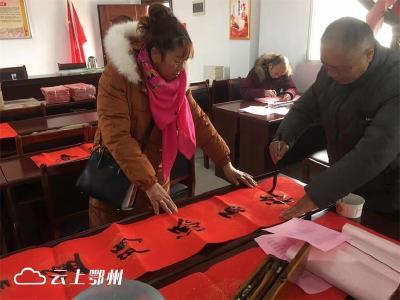 """鄂州市红色文艺轻骑兵:新年写春联 把""""福""""送到家"""