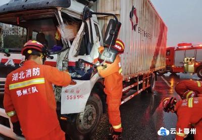 红绿灯处,鄂州两辆中型货车突然相撞!一名司机被困……