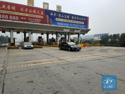 荆门北收费站:测量司乘人员体温,做好防疫