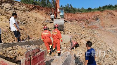 荆视频丨山体滑坡致货车被埋 消防员徒手挖掘紧急施救