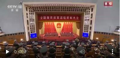 习近平向全国脱贫攻坚楷模荣誉称号获得者张桂梅颁奖