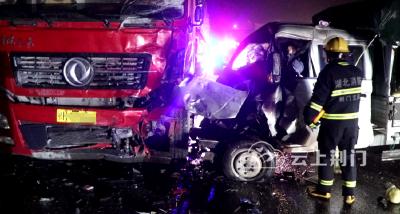雨天路滑又出事故!荆门两车相撞,车头严重变形,一人被死死卡住...