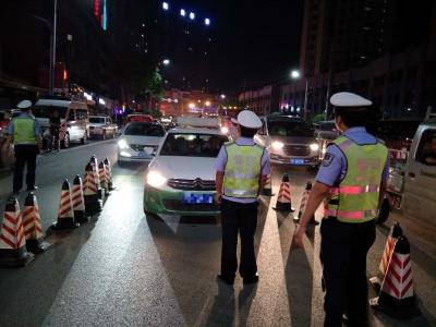 酒驾夜查维护交通秩序