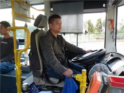 公交车驾驶员捡到大量现金急寻失主丨程丹丹 请与民警联系