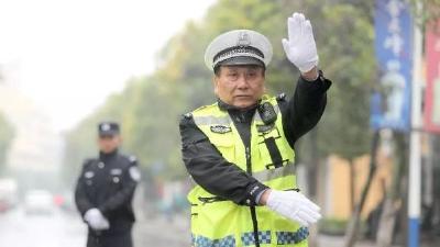 交警郑吉林:负伤不服输 单手写风流