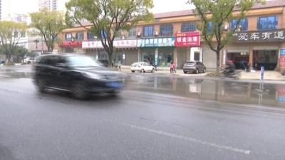 """【新闻调查】马路冻成""""溜冰场""""寒了谁的心?"""