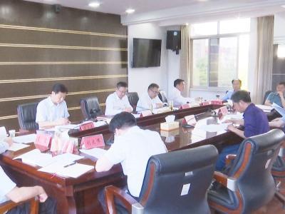 何平组织市委理论中心组集中学习