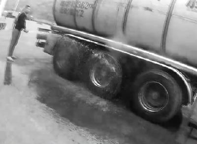 水箱出水阀门忘打开  运油车冒烟有惊无险