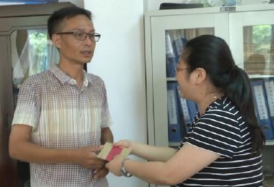 县委常委、宣传部长、县总工会主席袁松松看望慰问见义勇为先进个人胡文刚、刘峰