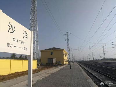 今天凌晨,浩吉铁路首趟列车经过沙洋