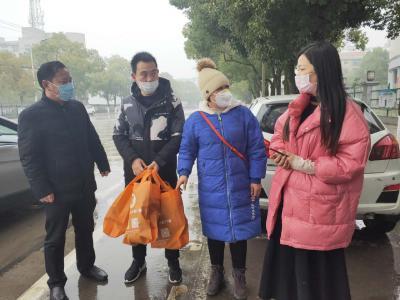 疫情无情 人有情:爱心人士捐赠防护口罩