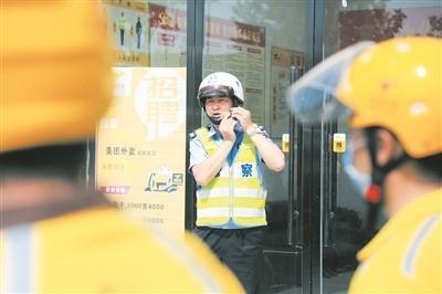 【省市媒体看沙洋】沙洋50名骑手当起安全头盔佩戴示范员