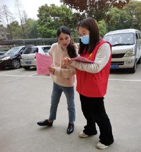沙洋县卫健局党员干部下沉社区宣传新冠疫苗接种