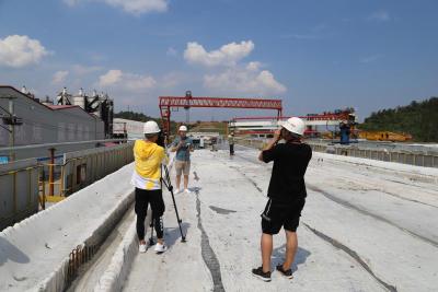 一线记者战高温 追踪郑万高铁项目施工进度